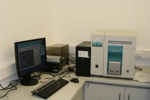 Doposażenie mikroskopu elektronowego o moduły rozszerzające jego parametry pomiarowe o funkcje analizy powierzchni jakościową i ilościową.
